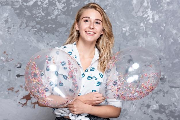 Menina bonita, segurando balões de festa
