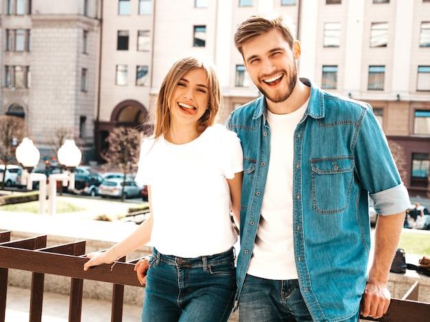 Menina bonita sorridente e seu namorado bonito em roupas de verão casual. .showing language