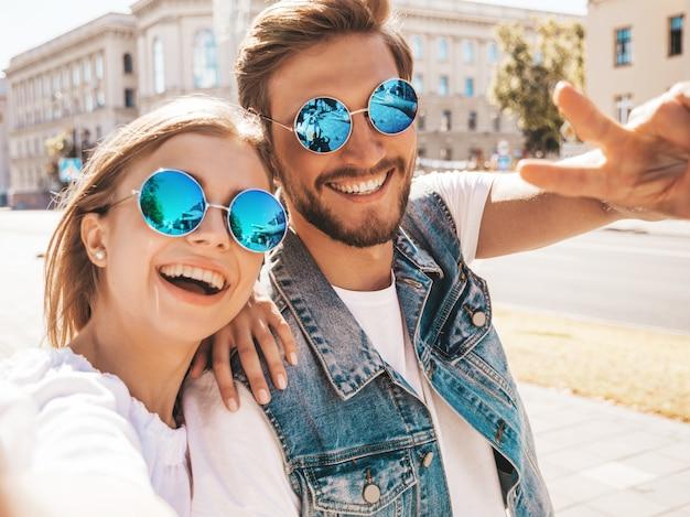 Menina bonita sorridente e seu namorado bonito em roupas de verão casual.