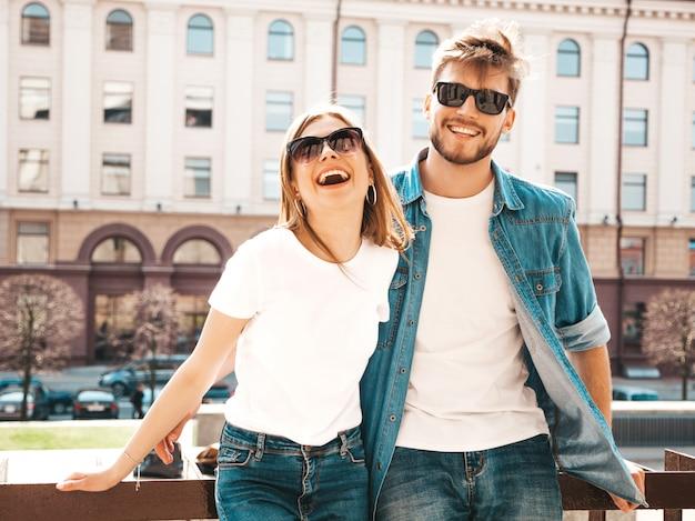 Menina bonita sorridente e seu namorado bonito em roupas de verão casual. .