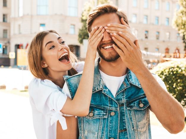 Menina bonita sorridente e seu namorado bonito hipster.