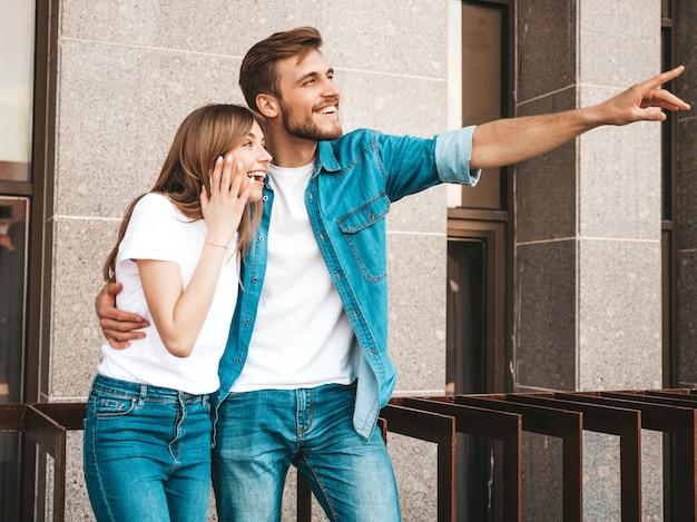 Menina bonita sorridente e seu namorado bonito. mulher em roupas de verão casual jeans.
