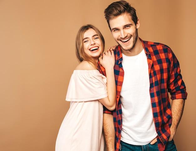 Menina bonita sorridente e seu namorado considerável rindo.