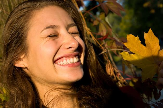 Menina bonita sorrindo