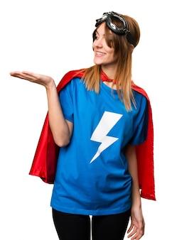 Menina bonita super-herói segurando algo