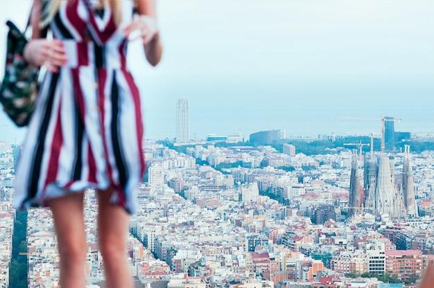 Menina bonita turva contra a vista superior do barcelona