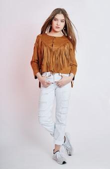 Menina bonita vaqueiro em jeans branco