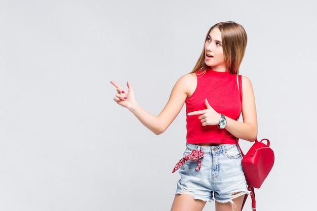 Menina bonita vestindo uma camiseta vermelha olhando para o lado