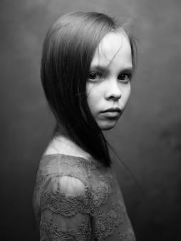 Menina bonitinha apenas ver o estúdio de exibição recortada. foto de alta qualidade