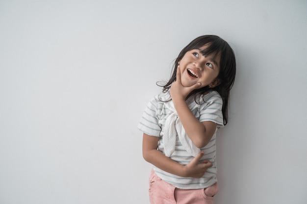 Menina bonitinha asiática surpreendida olhando para cima