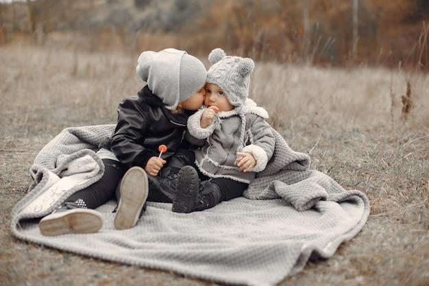 Menina bonitinha brincando em um parque com a irmã