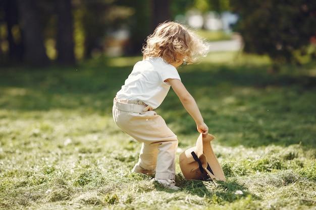 Menina bonitinha brincando em um parque de verão