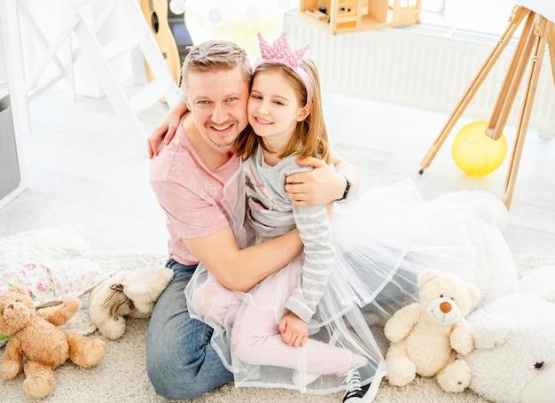 Menina bonitinha carinhos com o pai