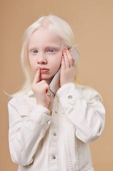 Menina bonitinha caucasiana com síndrome de albinismo