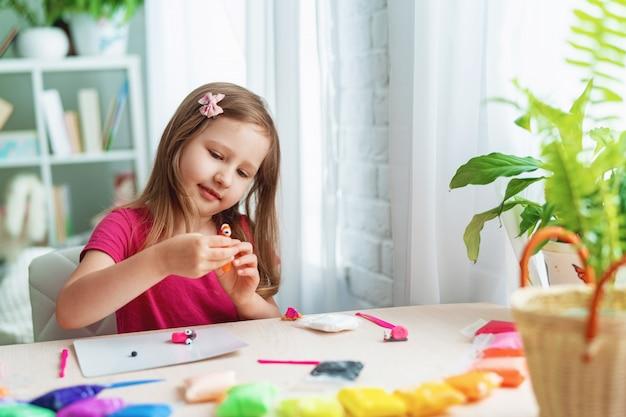 Menina bonitinha com argila macia colorida
