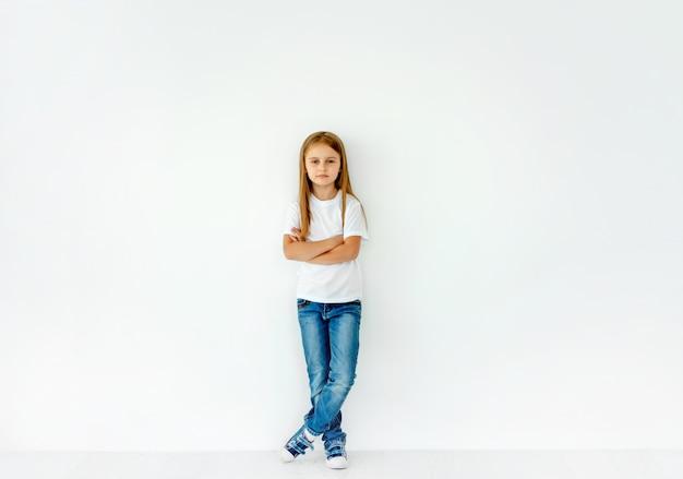 Menina bonitinha com as mãos cruzadas, isolado no branco