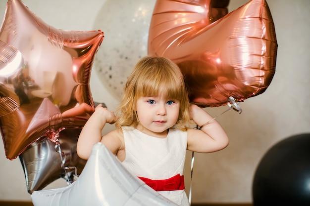 Menina bonitinha com decorações de aniversário