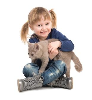 Menina bonitinha com gato nas mãos