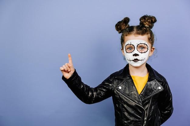 Menina bonitinha com maquiagem assustadora para o halloween