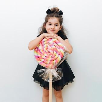 Menina bonitinha com pirulito gigante