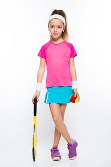 Menina bonitinha com raquete de tênis e bola no fundo branco