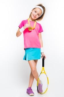 Menina bonitinha com raquete de tênis e medalha nas mãos dela branco