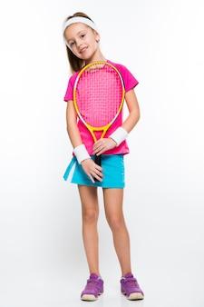 Menina bonitinha com raquete de tênis nas mãos em branco
