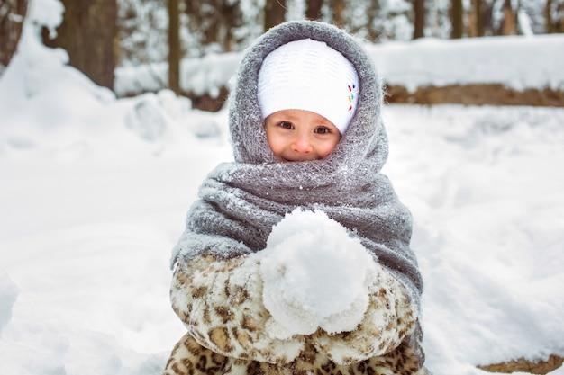 Menina bonitinha com roupas quentes no inverno