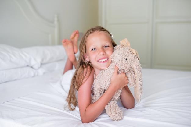 Menina bonitinha com seu brinquedo