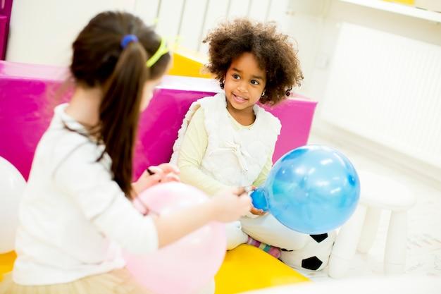 Menina bonitinha com um balão