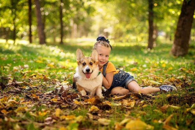 Menina bonitinha com um cachorro no parque
