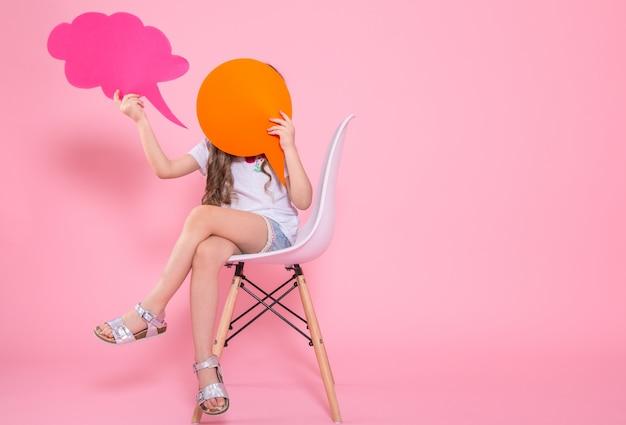 Menina bonitinha com um ícone de um discurso na rosa