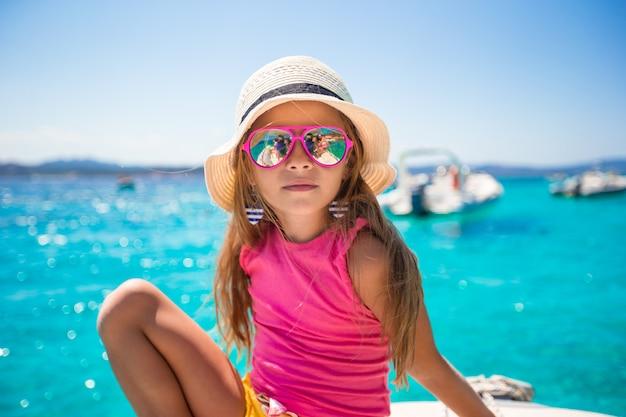 Menina bonitinha desfrutando de barco à vela em mar aberto