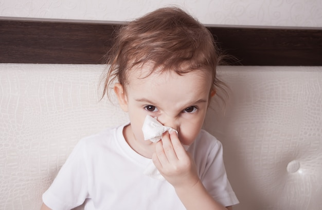 Menina bonitinha doente assoar o nariz