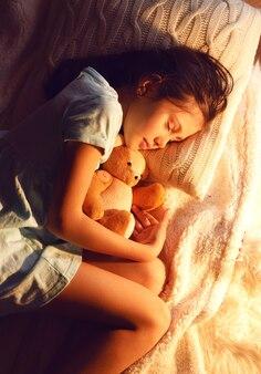 Menina bonitinha dormindo na noite de natal