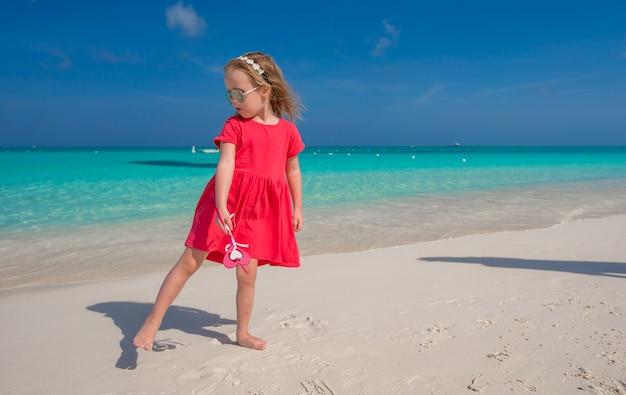 Menina bonitinha durante suas férias de verão do caribe
