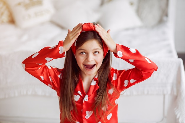 Menina bonitinha em casa de pijama
