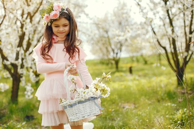 Menina bonitinha em um parque primavera