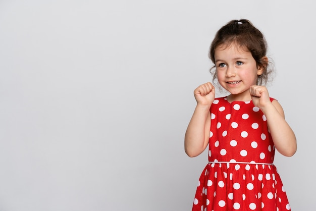 Menina bonitinha em um vestido vermelho