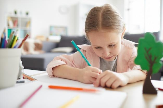 Menina bonitinha estudando