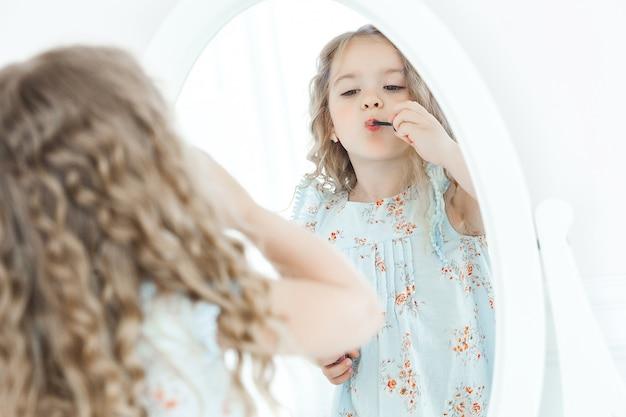 Menina bonitinha fazendo maquiagem