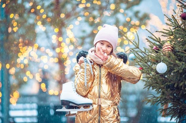 Menina bonitinha garoto vai andar de skate ao ar livre.