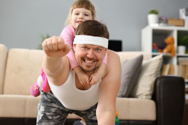Menina bonitinha montando seu pai em casa jogando