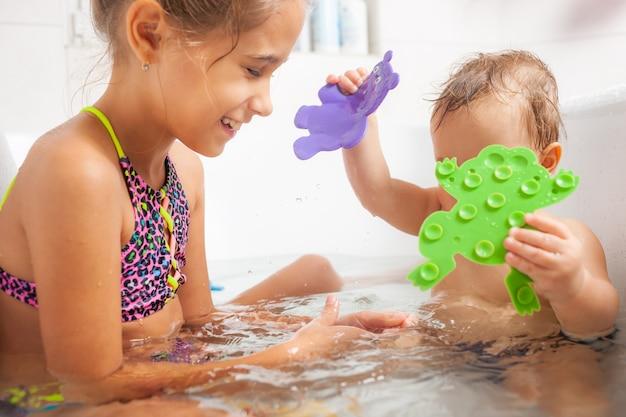 Menina bonitinha mostra ao irmão um sapo verde