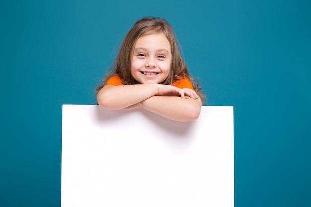 Menina bonitinha na camiseta com cabelo castanho segurar cartaz limpo