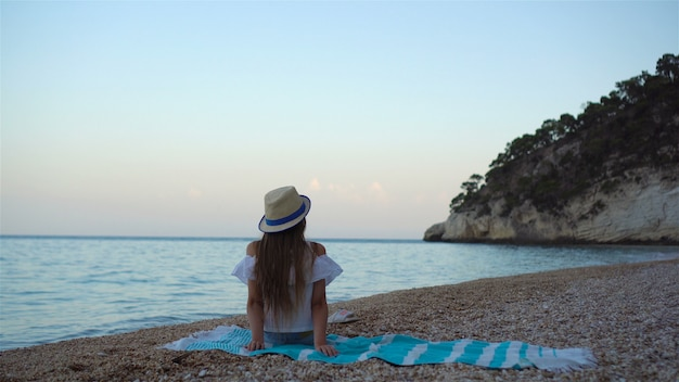 Menina bonitinha na praia durante as férias de verão
