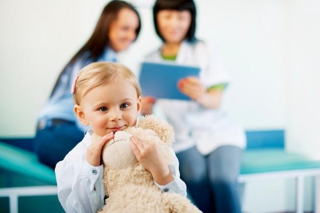 Menina bonitinha no consultório médico