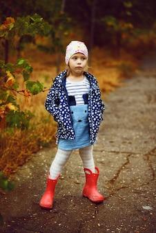 Menina bonitinha no parque de outono