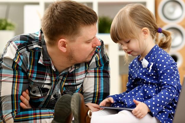 Menina bonitinha no tapete com o pai