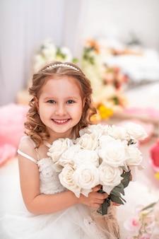 Menina bonitinha num lindo vestido com cabelo ondulado e buquê